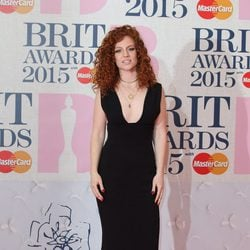 Jess Glynn en la alfombra roja de los Brit Awards 2015