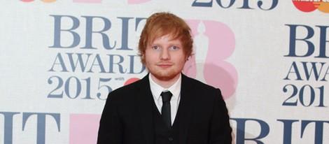 Ed Sheeran en la alfombra roja de los Brit Awards 2015