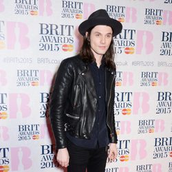 James Bay en la alfombra roja de los Brit Awards 2015