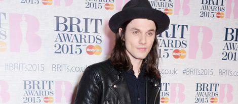 James Bay en la alfombra roja de los Brit Awards 2015