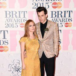 Joséphine de La Baume y Mark Ronson en la alfombra roja de los Brit Awards 2015