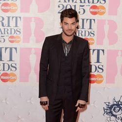 Adam Lambert en la alfombra roja de los Brit Awards 2015