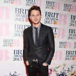 Jeremy Irvine en la alfombra roja de los Brit Awards 2015