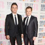 Anthony McPartlin y Declan Donnelly en la alfombra roja de los Brit Awards 2015
