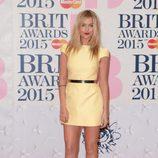Laura Whitmore en la alfombra roja de los Brit Awards 2015