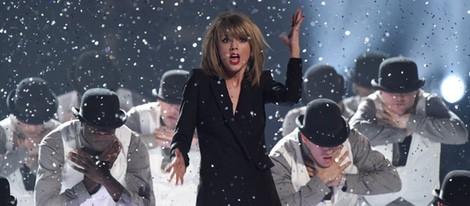 Taylor Swift actuando en los Brit Awards 2015