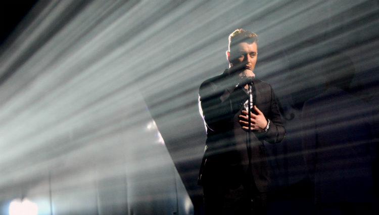 Sam Smith durante su actuación en los Brit Awards 2015