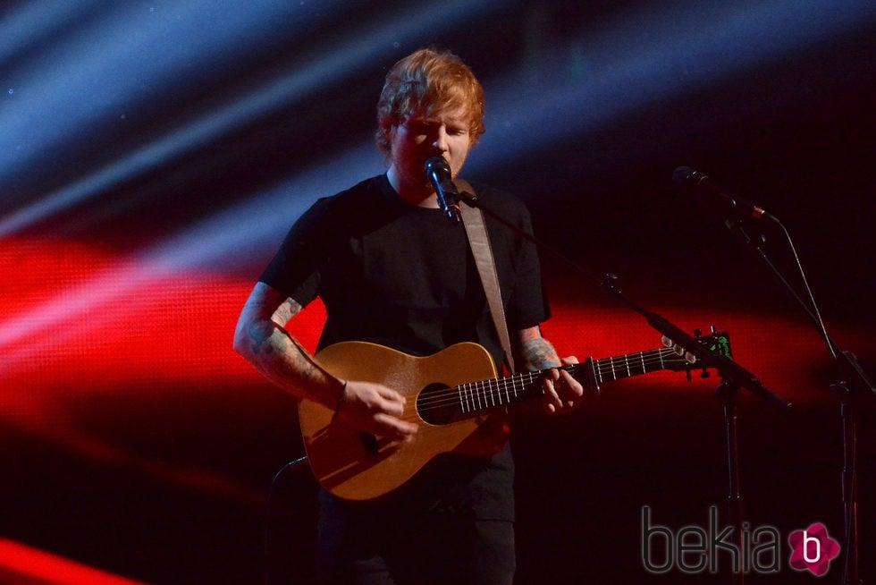 Ed Sheeran durante su actuación en los Brit Awards 2015