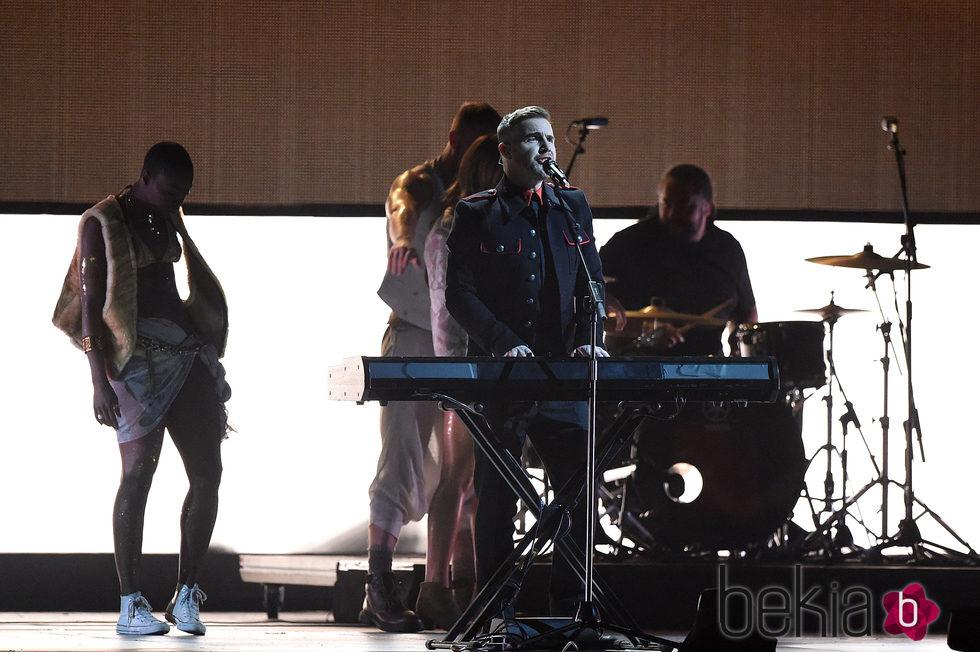 Gary Barlow durante la actuación de Take That en los Brit Awards 2015