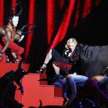 Madonna cayéndose durante su actuación en los Brit Awards 2015