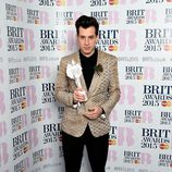 Mark Ronson posando su galardón de los Brit Awards 2015