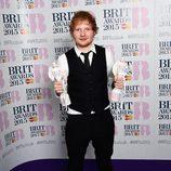 Ed Sheeran posando con sus galardones de los Brit Awards 2015