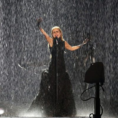 Paloma Faith actuando bajo la lluvia en los Brit Awards 2015