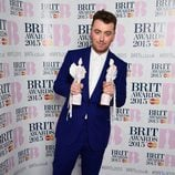 Sam Smith posando con sus galardones de los Brit Awards 2015