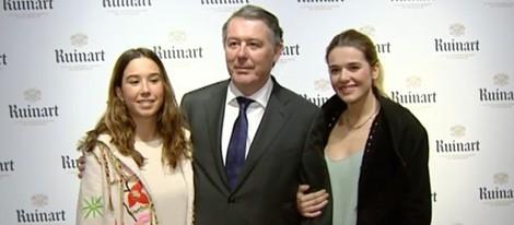 José María Michavila con sus hijas en la exposición de Genoveva Casanova