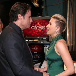John Travolta y Scarlett Johansson en el backstage de los Oscar 2015