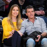 Antonio Banderas y Nicole Kimpel asisten a un partido de baloncesto en Los Angeles