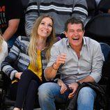 Antonio Banderas se ríe con Barbara y Nicole Kimpel en un partido de baloncesto
