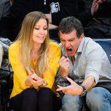 Antonio Banderas se hace divertidos selfies con su novia Nicole Kimpel