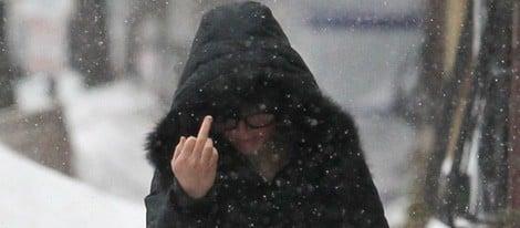 Jennifer Lawrence dedica una peineta a los fotógrafos durante un día invernal en Boston