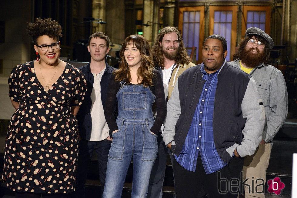 Dakota Johnson junto a miembros del equipo del 'SNL'