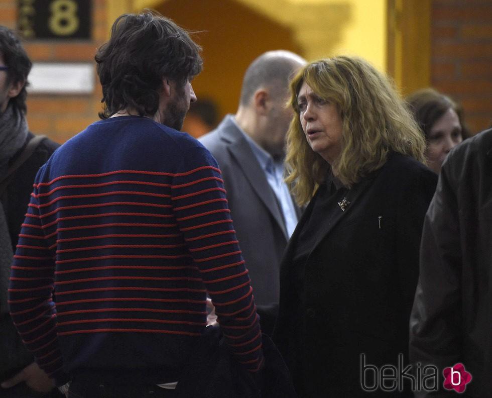 Daniel Sánchez Arévalo y su madre Carmen Arévalo en el tanatorio de Héctor Colomé