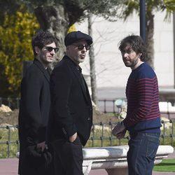 Quim Gutiérrez y Roberto Álamo y Daniel Sánchez Arévalo en el tanatorio de Héctor Colomé