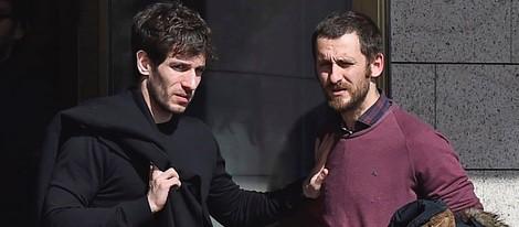 Quim Gutiérrez y Raúl Arévalo en el tanatorio de Héctor Colomé