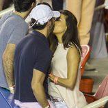 Eva Longoria y José Antonio Bastón besándose en el Torneo de Tenis de Acapulco