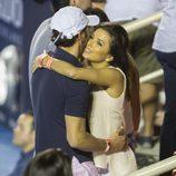 Eva Longoria y José Antonio Bastón abrazándose en el Torneo de Tenis de Acapulco