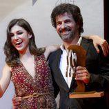 Rodolfo Sancho con su galardón y Úrsula Corberó en la entrega de los Fotogramas de Plata 2014