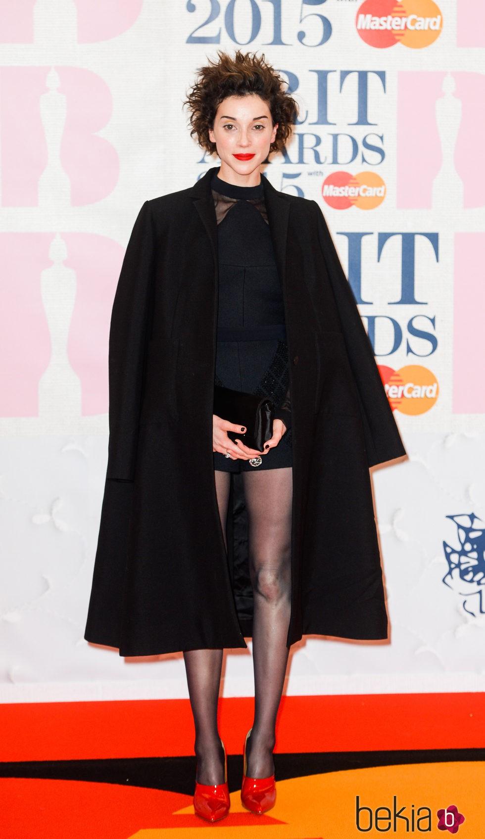 St. Vicent en la alfombra roja de los Brit Awards 2015