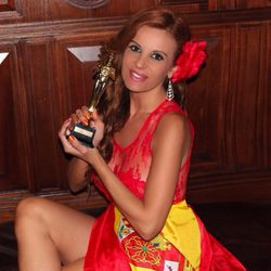 Sonia Monroy con la estatuilla dorada en los Oscar 2015