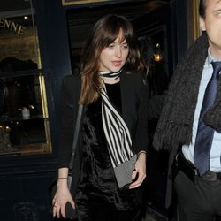 Dakota Johnson en la fiesta posterior al desfile de Balmain en Paris Fashion Week otoño/invierno 2015