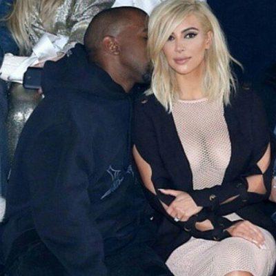 Kanye West susurra algo al oído de Kim Kardashian en la semana de la moda de París