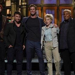 Chris Hemsworth con sus hermanos Luke y Liam Hemsworth en 'Saturday Night Live'