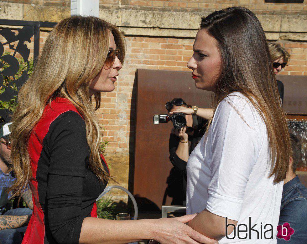 Olvido Hormigos hablando con Irene Rosales en la inauguración del bar de Kiko Rivera en Sevilla