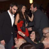 Dani Rovira y Clara Lago saludando a Karra Elejalde en la entrega de los Premios Unión de Actores 2015