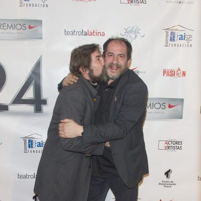 Antonio de la Torre besando a Karra Elejalde en la entrega de los Premios Unión de Actores 2015