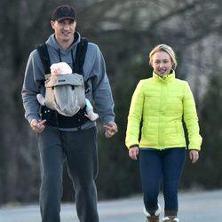 Hayden Panettiere y Wladimir Klitschko disfrutan de un paseo con su hija Kaya