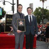 Jim Parsons con su novio Todd Spiewak recibiendo su estrella del Paseo de la Fama de Hollywood