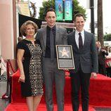 Jim Parsons con su madre Judy y su novio Todd Spiewak recibiendo su estrella del Paseo de la Fama de Hollywood