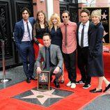 Jim Parsons con sus compañeros de 'The Big Bang Theory' recibiendo su estrella del Paseo de la Fama de Hollywood