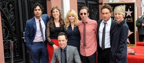 Jim Parsons con sus compañeros de 'The Big Bang Theory' recibiendo su estrella del Paseo de la Fama de Hollywood