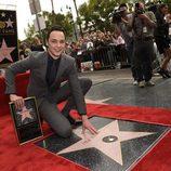 Jim Parsons posando con su estrella del Paseo de la Fama de Hollywood