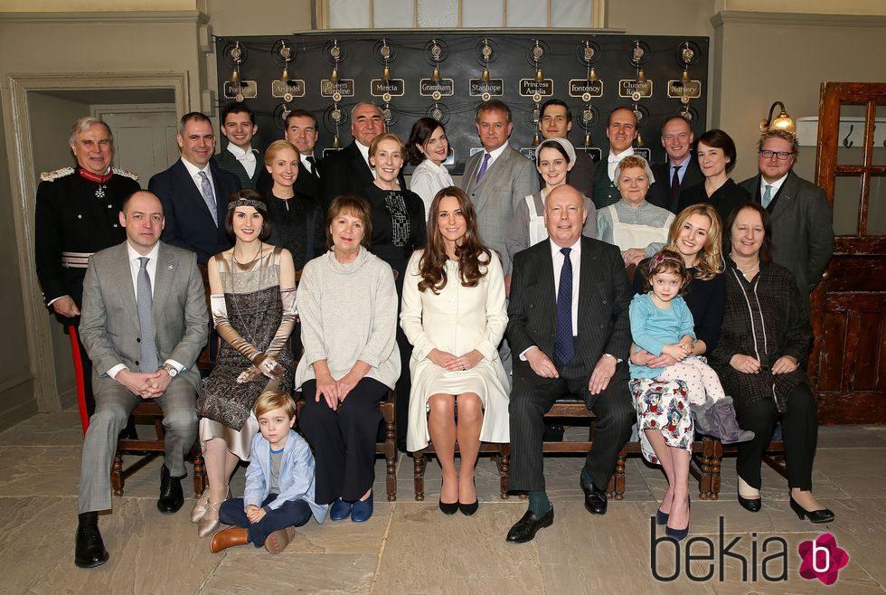Kate Middleton posa con el reparto de la serie 'Downton Abbey'