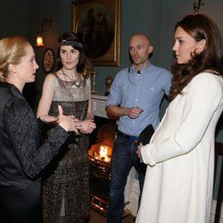 Kate Middleton charla con Joanne Froggat y Michelle Dockery en su visita a 'Downton Abbey'