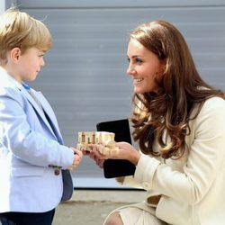 Kate Middleton recibe un regalo para el Príncipe Jorge en su visita a 'Downton Abbey'