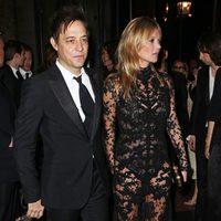 Jamie Hince y Kate Moss en la inauguración de la exposición de Alexander McQueen en Londres