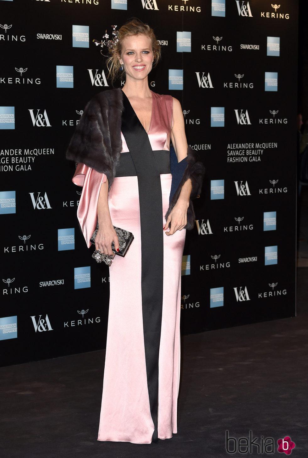 Eva Herzigová en la inauguración de la exposición de Alexander McQueen en Londres